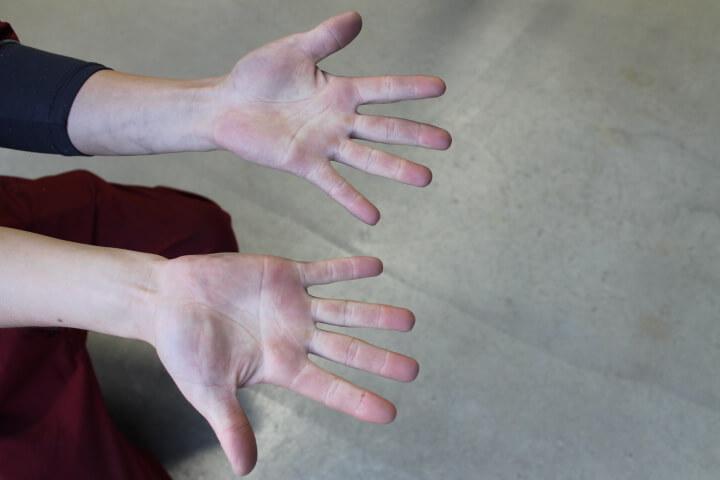 鈑金塗装作業者の手