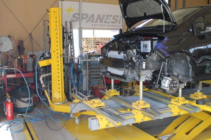 千曲市の板金塗装工場にジグ式フレーム修正機完備