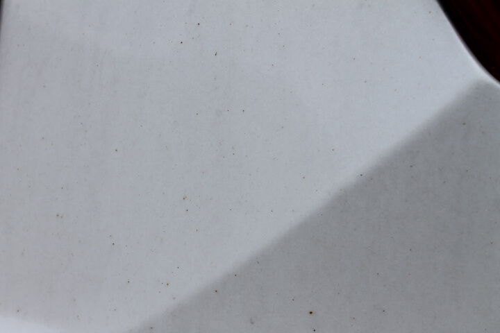 クルマのボディーに突き刺さった鉄粉