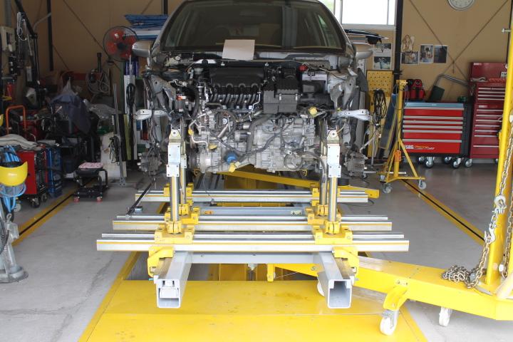 フレーム修正機で事故車を修理