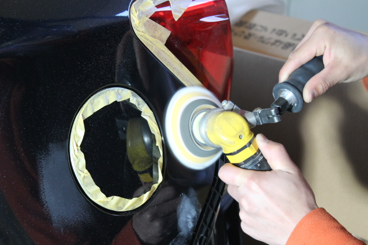 補修塗膜の磨き作業