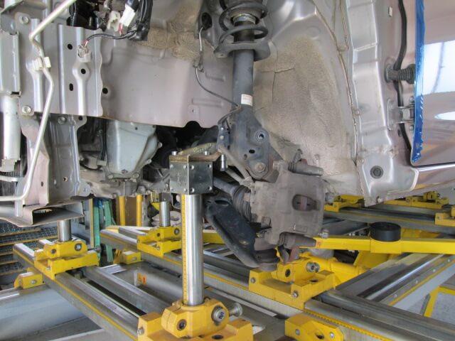 ジグ式フレーム修正機に車をセット