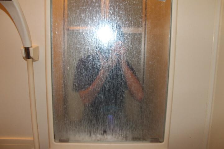 お風呂の鏡に付いたウロコ