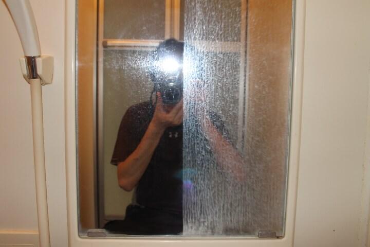 お風呂のガラスに付いた頑固なウロコを簡単除去