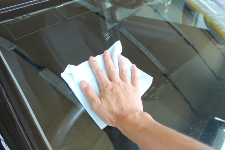 フロントガラスコーティング前の脱脂作業