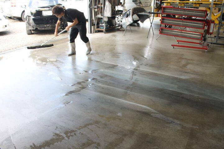 板金塗装工場 掃除