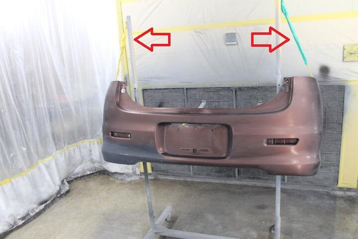 塗装台へバンパーを固定