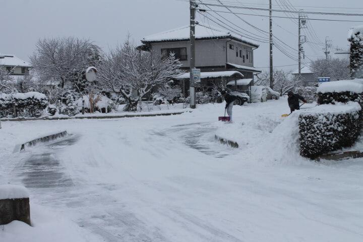 板金塗装工場敷地外の雪かき
