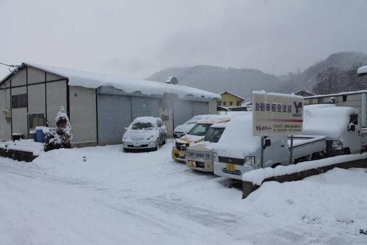 Y'sボディー自動車鈑金塗装専門店の冬