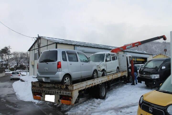 事故車を引き上げる作業
