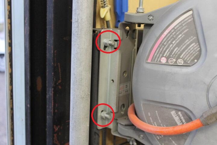 エアホースリール設置方法 車修理工場