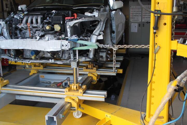 ミリ単位の自動車フレーム修理
