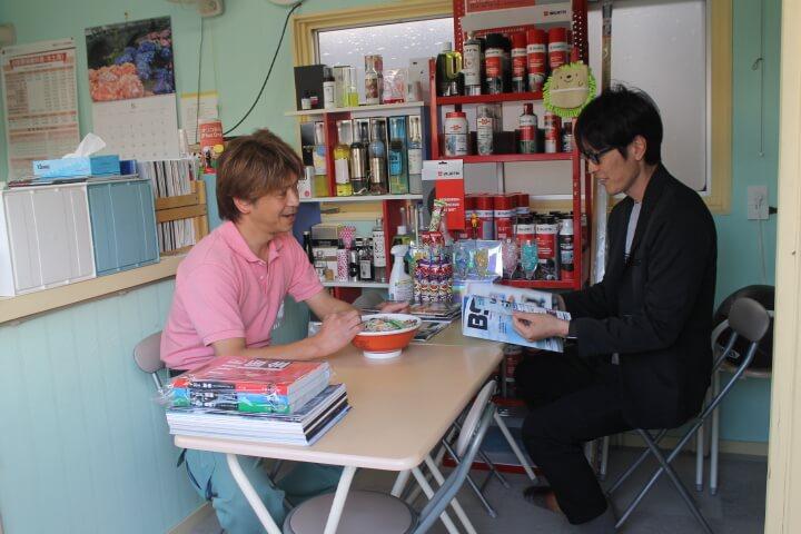 左:篠原さん 右:筆者小林