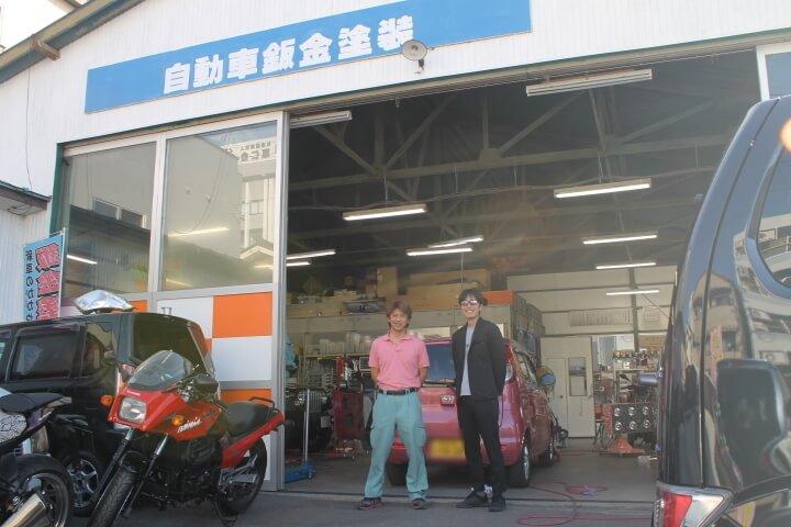 佐久市 エムズライン工場間口と代表の篠原さんと小林