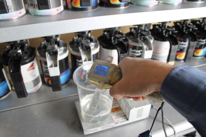 温めたクリヤーの温度を放射温度計で測る