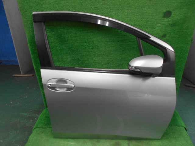トヨタ NSP135 ヴィッツ 運転席のドア中古部品